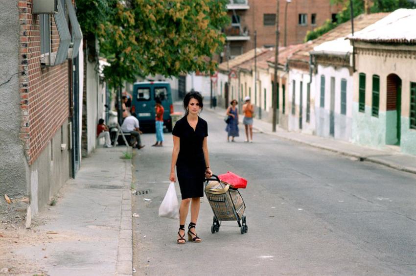 Raimunda (Penélope Cruz) sube por la calle Garganta de Aisa (Foto: El Deseo)