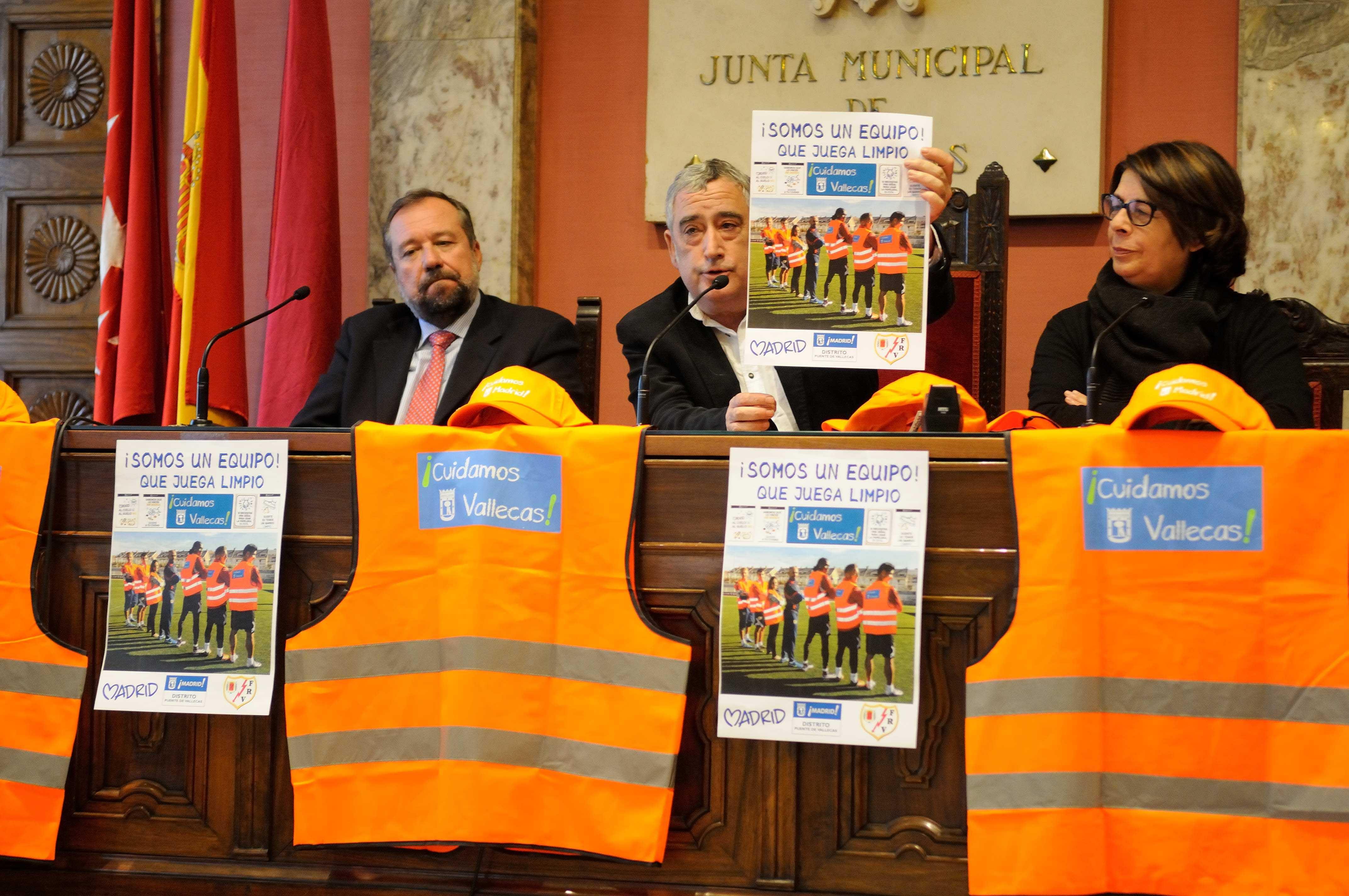 Juan Carlos Mato, Francisco Pérez e Inés Sabanés, en la presentación de la campaña 'Cuidamos Vallecas' (Foto: Ayuntamiento de Madrid)