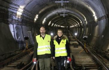 A la derecha, la presidenta de la Comunidad de Madrid, Cristina Cifuentes (Foto: Metro)
