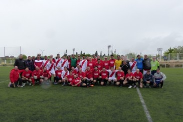 Los dos equipos tras el encuentro del año pasado (Foto: Hospital Infanta Leonor)