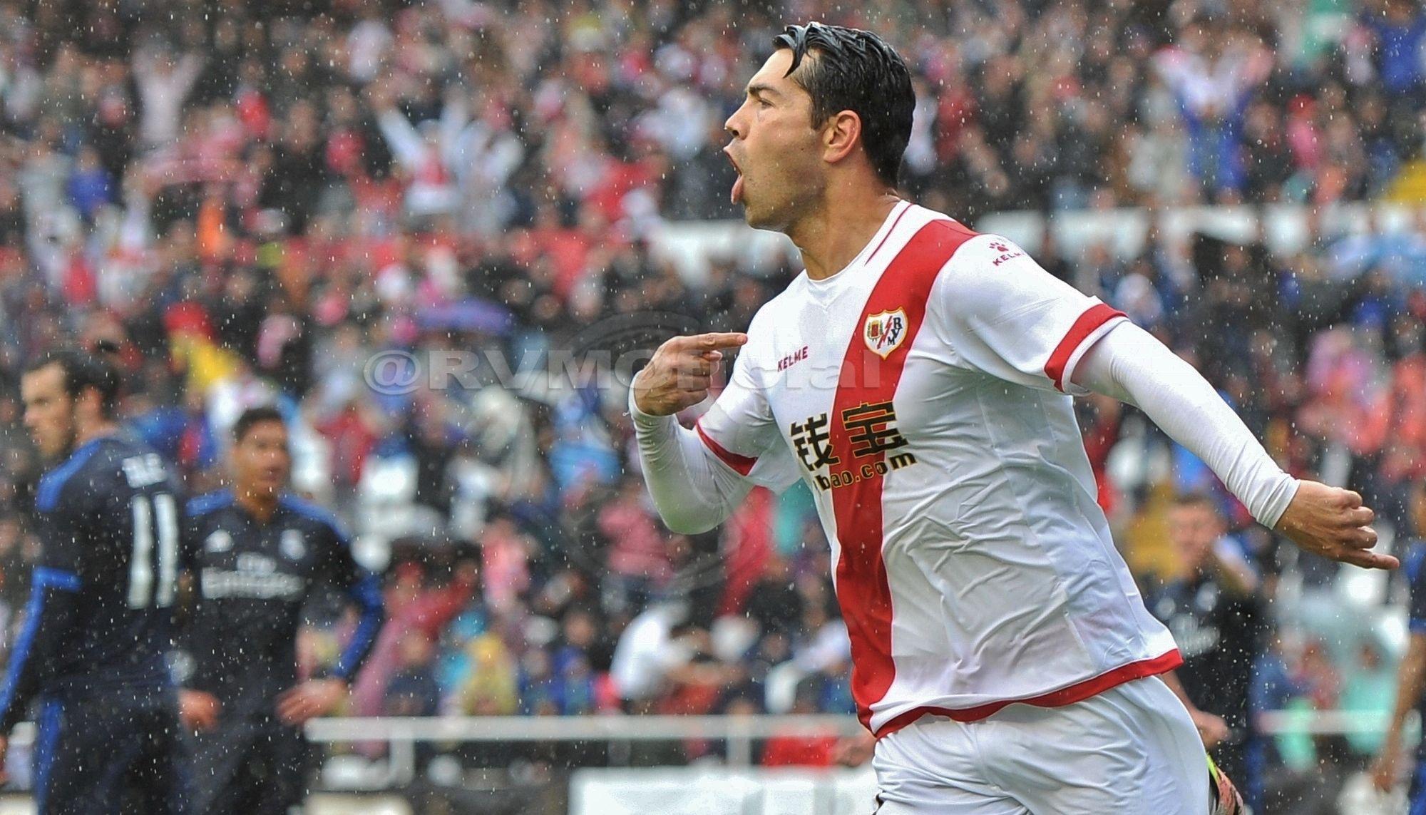 Miku celebra el 2-0 para el Rayo Vallecano
