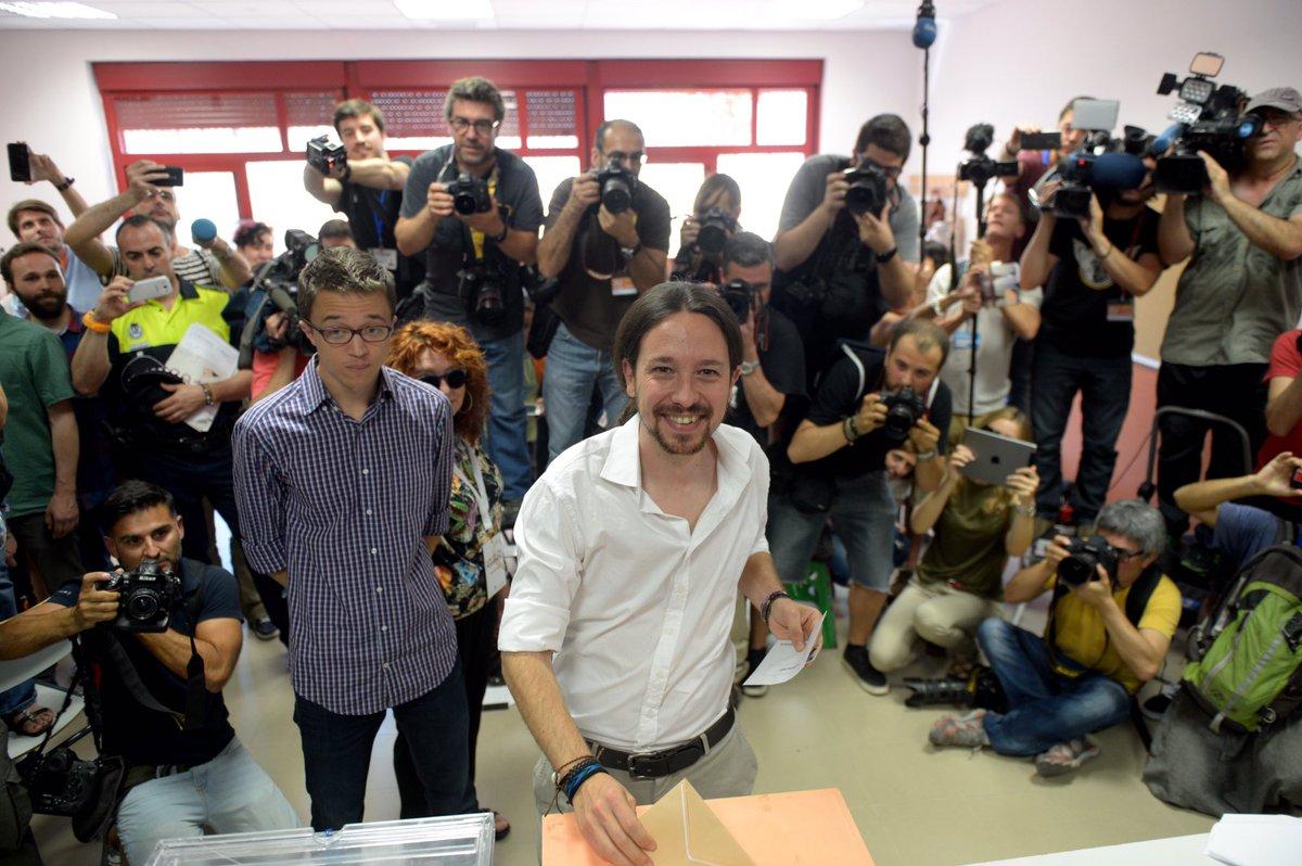 Pablo Iglesias votando en el IES Tirso de Molina (Foto: perfil en Twitter de Pablo Iglesias)