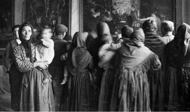 Grupo de espectadores ante una copia de 'Las Hilanderas' en Cebreros (Ávila) en 1932 (Foto: Residencia de Estudiantes)