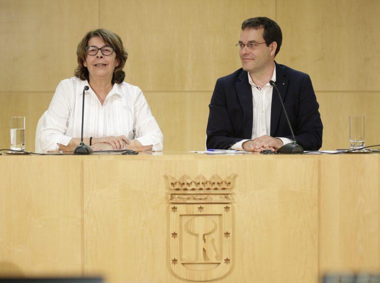 Inés Sabanés y Chema Dávila presentan la nueva medida del Ayuntamiento (Foto: Madrid.es)