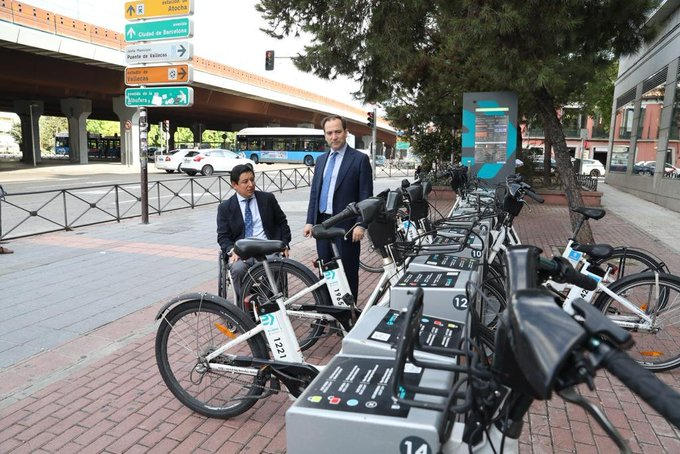 Borja Fanjul y Borja Carabante estrenan la estación de BiciMAD de Puente de Vallecas (Foto: Ayto. de Madrid)