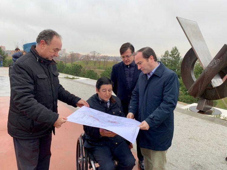 El delegado del Área de Medio Ambiente y Movilidad, Borja Carabante, junto al concejal del distrito de Puente de Vallecas, Borja Fanjul